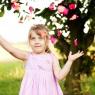 dziwczynka płatki róż