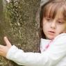 przy drzewie