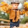 dziecko w parku jesienią