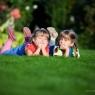 dzieci w trawie