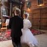 nowożeńcy przed obrazem