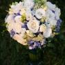 bukiet ślubny z niebieskimi kwiatami