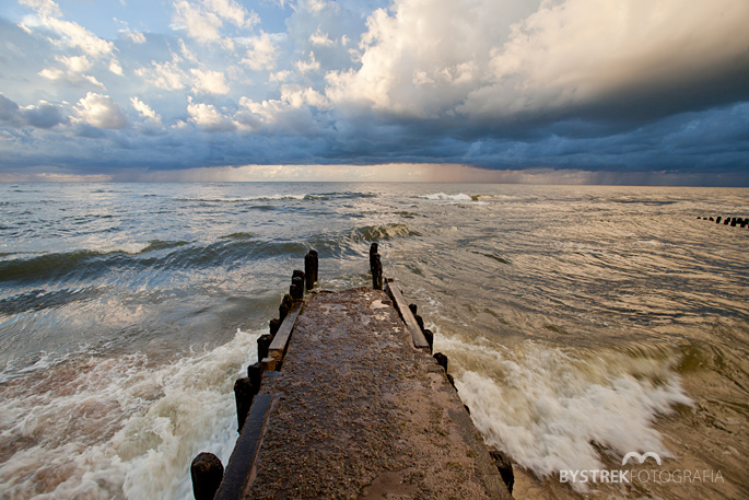 molo i burza na morzu