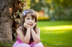 portret dziewczynki w parku